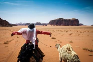 Auf dem Kamelrücken durch das Wadi Rum (Jordanien)